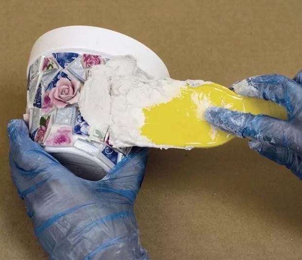 Mosaico di piatti spaiati per personalizzare i vasi delle piantine: parte 2, da kenarry.com