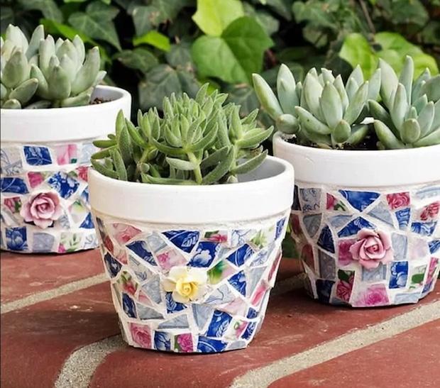 Mosaico di piatti spaiati per personalizzare i vasi delle piantine: risultato, da kenarry.com
