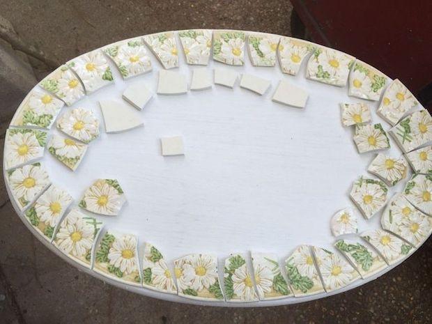 Mosaico di piatti spaiati per rivestire il tavolo: parte 2, da hometalk.com