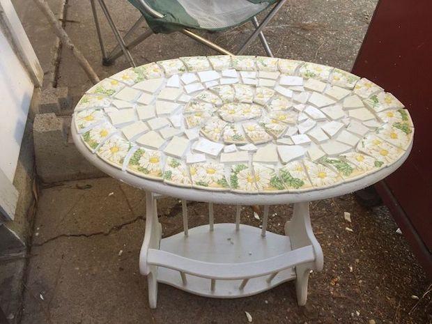 Mosaico di piatti spaiati per rivestire il tavolo: risultato, da hometalk.com