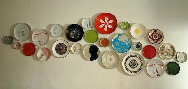 Decorare la parete con i piatti spaiati, da momentswithbaxter.com