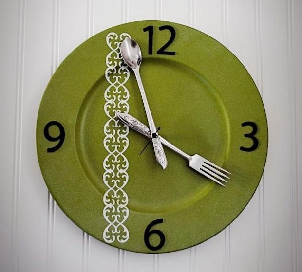 Come realizzare un orologio con i piatti spaiati, da thebensonstreet.com