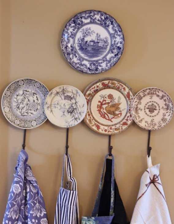 Riutilizzare i piatti spaiati per appendere gli strofinacci, da stonegableblog.com