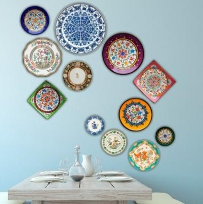Decorare una parete con i piatti spaiati, da momentswithbaxter.com