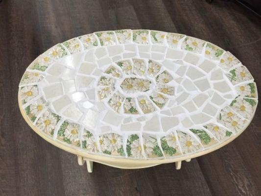 Mosaico di piatti spaiati per rivestire un vecchio tavolo, da hometalk.com