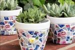Personalizzare i vasi delle piantine con un mosaico di piatti spaiati, da kenarry.com