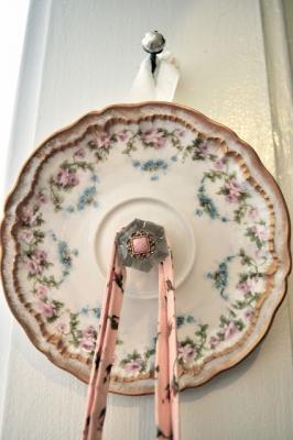Riutilizzare i piatti spaiati come appendini, da classicalhomemaking.com