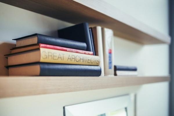 Arredamento interni rustrial, sì a mensole e librerie