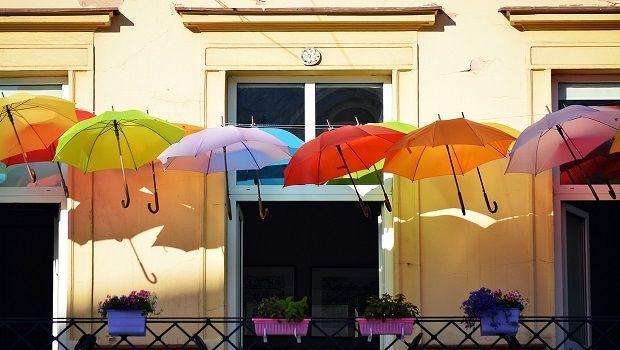 Riciclo creativo: ecco come recuperare gli ombrelli rotti