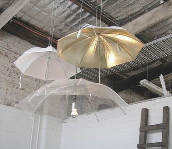 Gli ombrelli rotti si trasformano in lampadari, da bitrebels.com