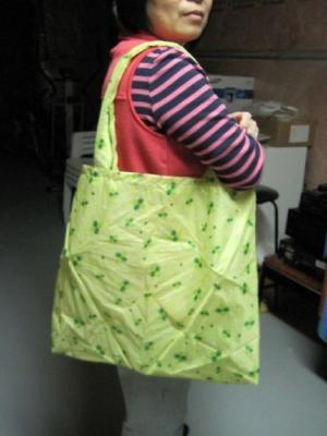 Una borsa fatta con ombrelli rotti, da instructables.com