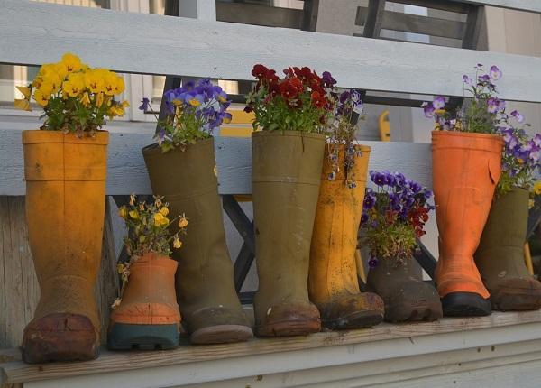 Stivali da pioggia diventano fiorirere in una mudroom originale