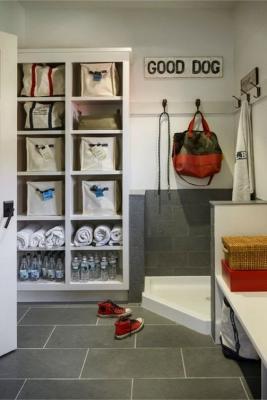 Mudroom con angolo per lavare i cani, da declutteringyourlife.com