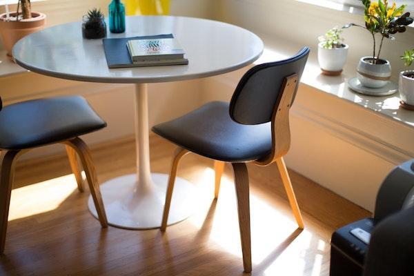 Sedie design in stile minimal fabbricate in legno e pelle