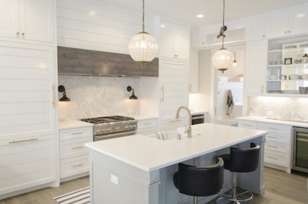 Arredamento luxury per la cucina: marmo, cristalli e legno massello