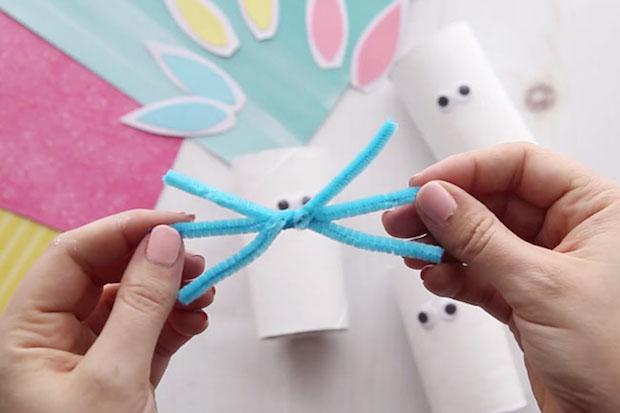 Lavoretti di Pasqua: conigli con rotoli di carta igienica, parte 2, da thebestideasforkids.com