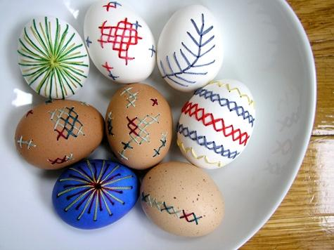 Lavoretti Pasqua: uova ricamate, da designsponge.com
