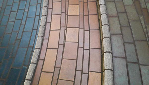 Particolare di una pavimentazone esterna in klinker colorato