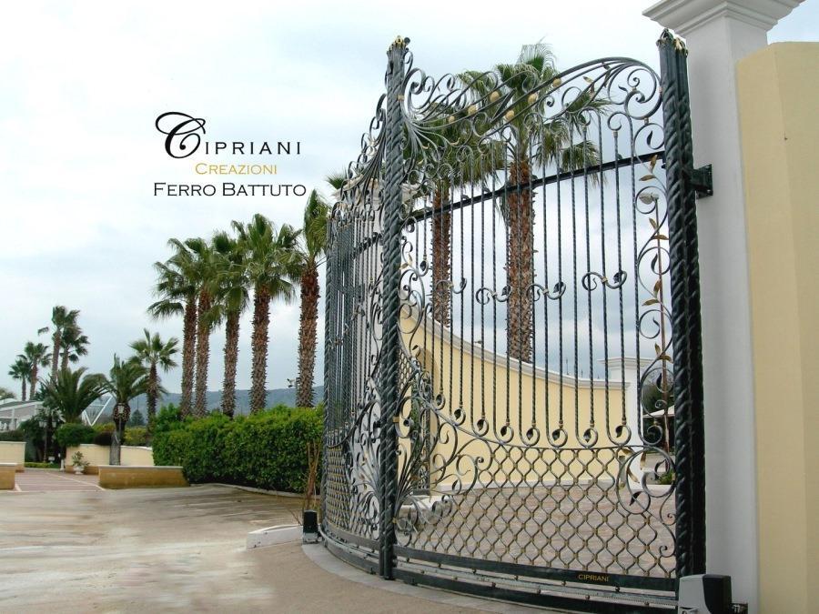 Cancello curvo in ferro battuto by Cipriani