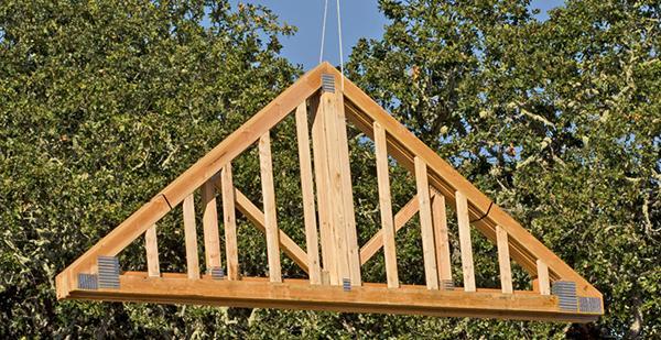 Assemblaggio della struttura di una casa in legno e paglia, by NovelloCase