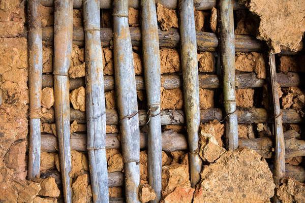 Tramezzo in paglia e argilla pressata con telaio strutturale in legno