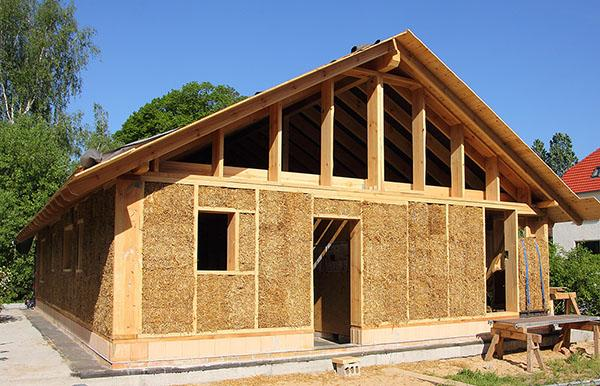 Tipica casa in legno e paglia durante la costruzione