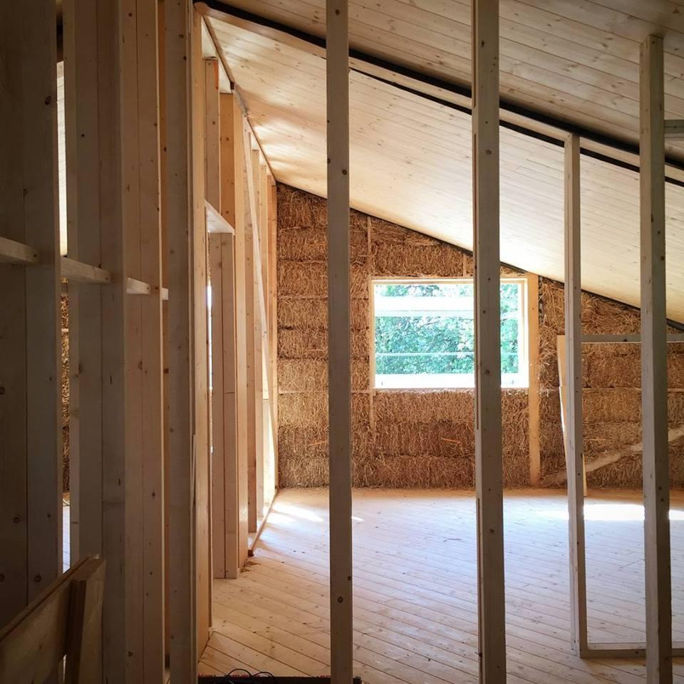 Casa in paglia e legno di Archética durante la costruzione