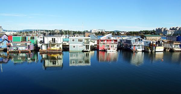 Villaggio spontaneo di case galleggianti a Victoria in Canada