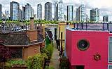 Coloratissime houseboat con vista sui grattacieli di Vancouver