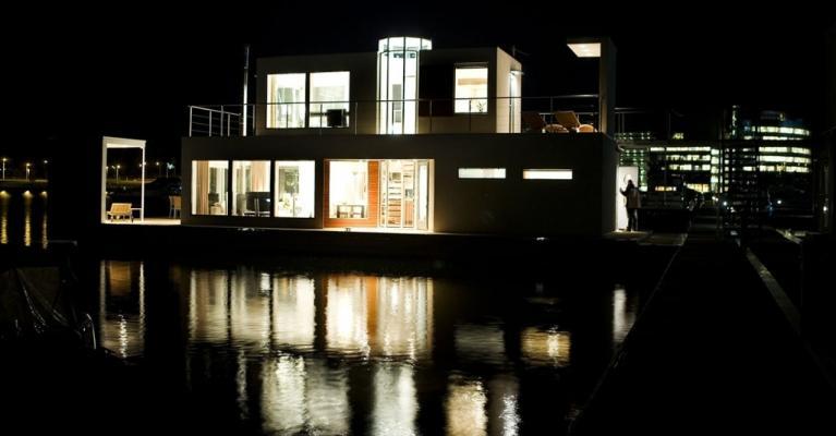 Rendering notturno di una casa galleggiante progettata da Bluet