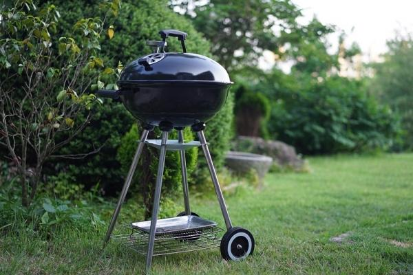 Un pratico barbecue in giardino