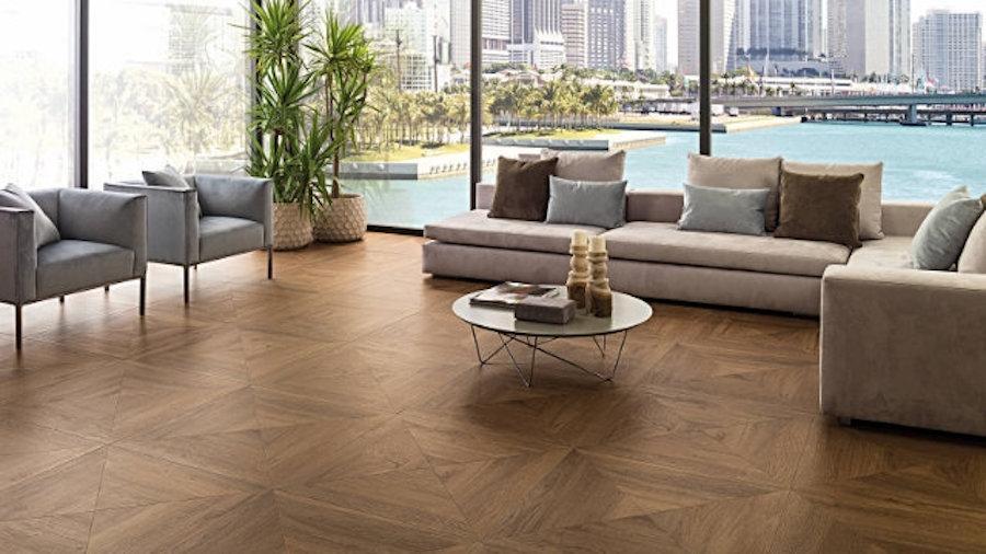 Pavimento per salotto in parquet ceramico, nuance Cognac - Design by Porcelanosa