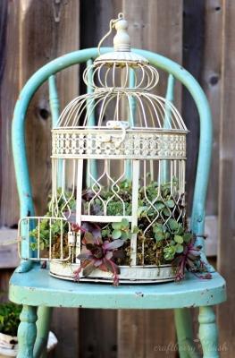 Portavasi fai da te con una gabbietta per uccelli, da craftberrybush.com