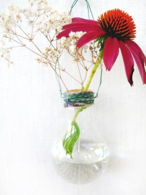 Vasi fai da te con il riciclo creativo di lampadine, da blog.freepeople.com