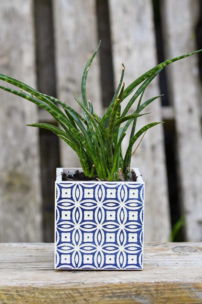 Vasi fai da te con le piastrelle in ceramica, da pillarboxblue.com
