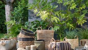 Arredare la casa con cesti e cestini, naturali o multicolor