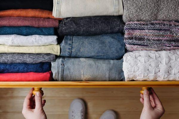 Decluttering armadio: vestiti piegati nei cassetti