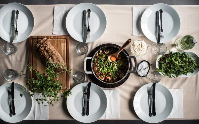 Piatti in porcellana feldspatica minimal, da Ikea