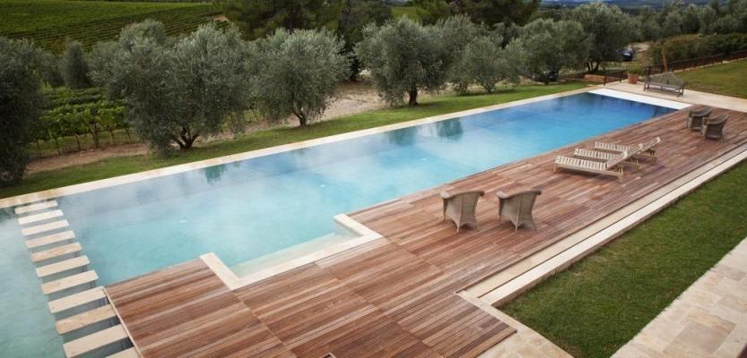 Piscina a sfioro con pavimentazione wengè - Castiglione