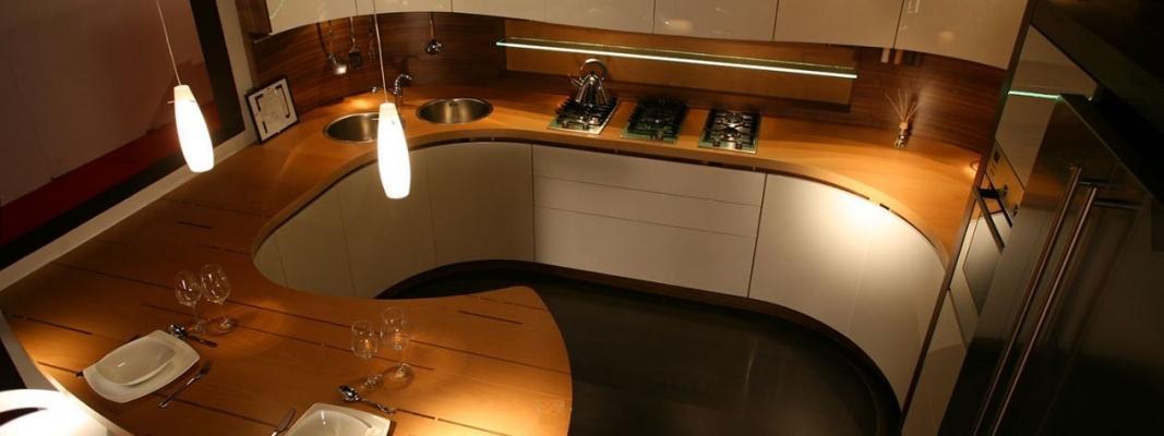 Versione scenografica di Avvolgente, cucina sagomata di Midarte