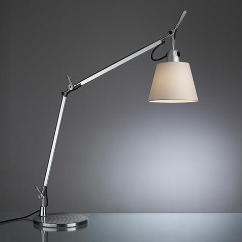 Arredi da set cinematografico - lampada Tolomeo da tavolo - Artemide