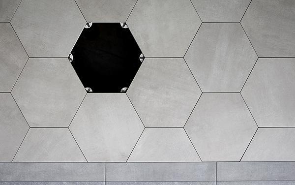 Clip di Eterno Ivica per pavimentazioni esterne galleggianti con lastre esagonali
