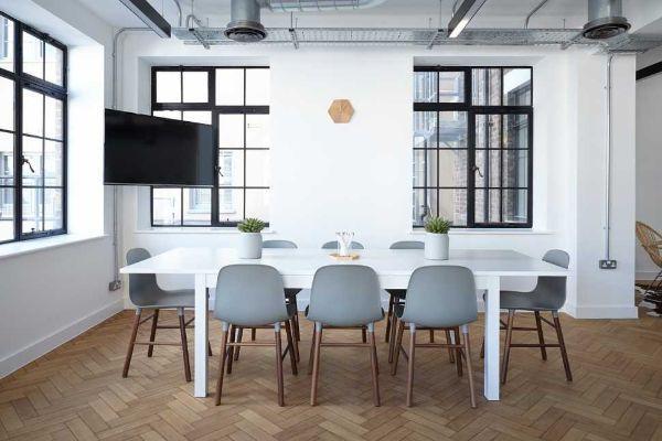 Un tavolo rettangolare favorisce il rapporto tra i commensali