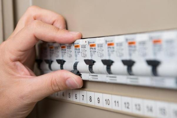 Elettricista fai da te: ricordati di scollegare la corrente prima di ogni lavoro all'impianto