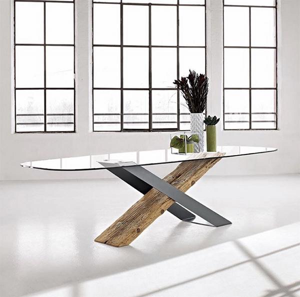 Soggiorno in legno: tavolo X secolare di Naturedesign