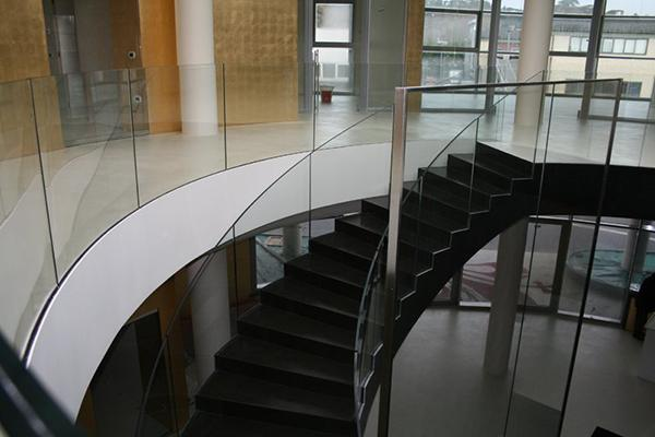 Parapetto in vetro curvo per scala interna - Inglas vetri
