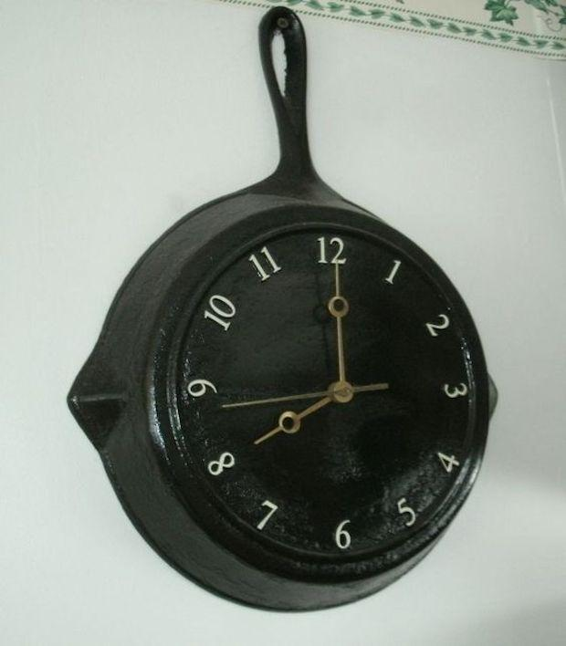 Idee riciclo creativo: padella trasformata in orologio, da blog.klockit.com