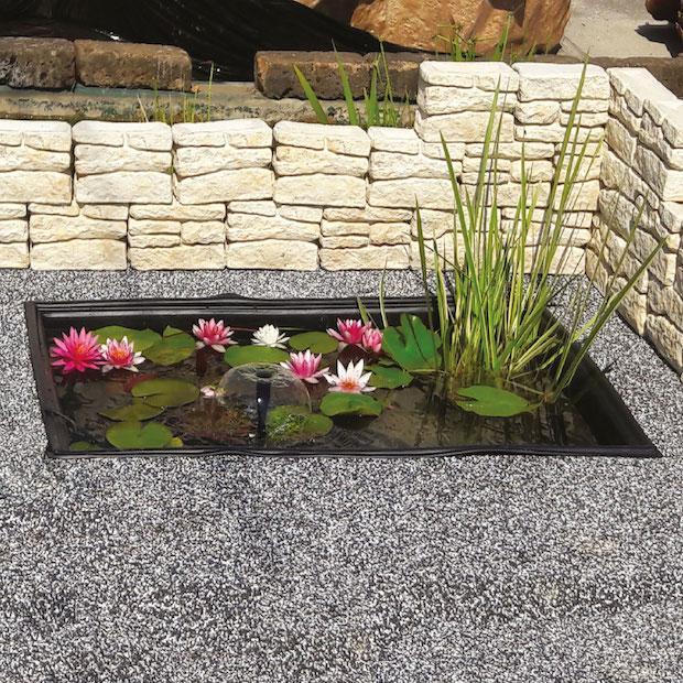 Piccolo laghetto ornamentale in stile orientale, da Giardini d'Acqua