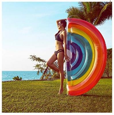 Materassino gonfiabile per piscina arcobaleno Amazon