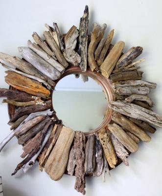 Idee fai da te: specchio decorato con legnetti del mare, da lbratina.blogspot.com